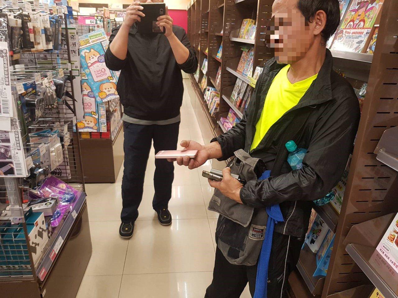 許姓男子在台南市東區一知名連鎖大賣場涉偷取行動電源、傳輸線等物,當場被員工發現,...