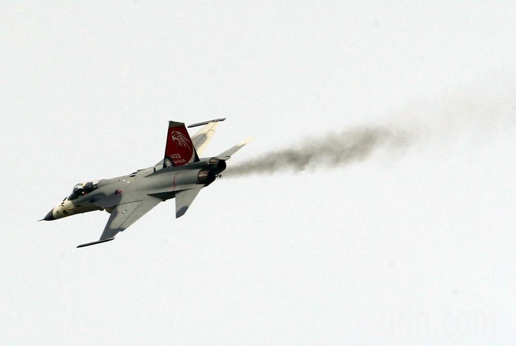 一架編號2418的IDF經國號戰機在表演完降落時排氣孔冒出黑煙,空軍軍方證實,是...