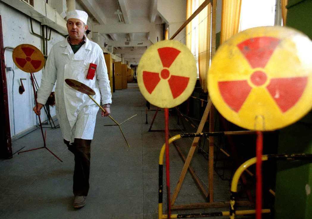 一名俄羅斯科學家走經放射性物質警告的標示。路透