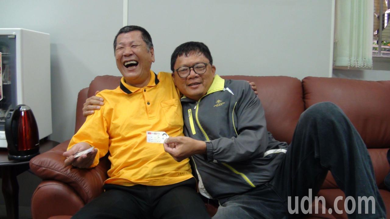 嘉義市眼盲男子凃火煉(左)的姓氏戶籍資料被誤錄為「涂」,困擾他20年,里長蔡坤龍...
