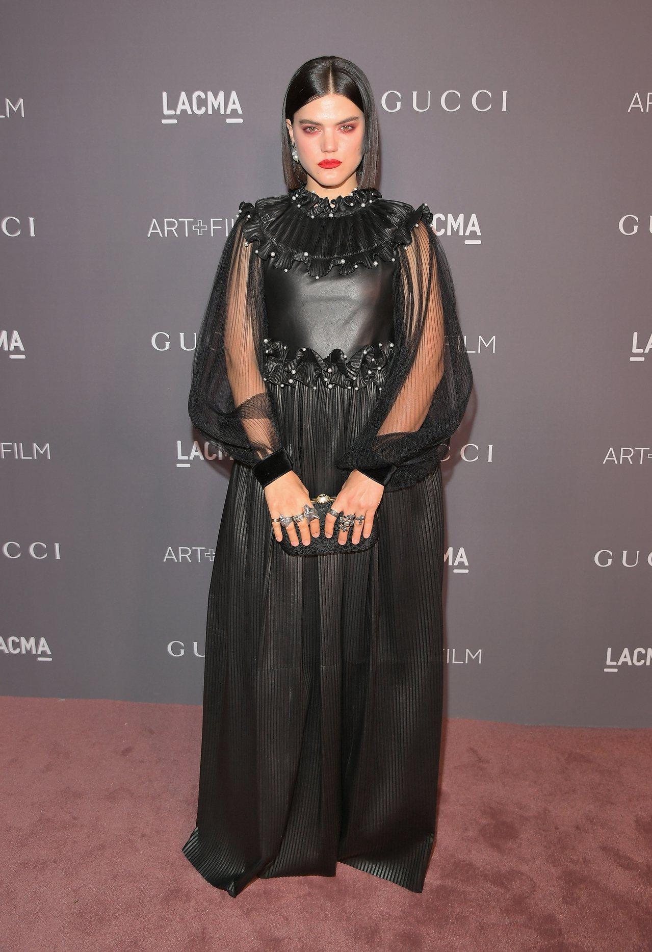搞怪女星Soko在LACMA第七屆藝術暨電影晚宴中,選穿Gucci的黑色透膚禮服...