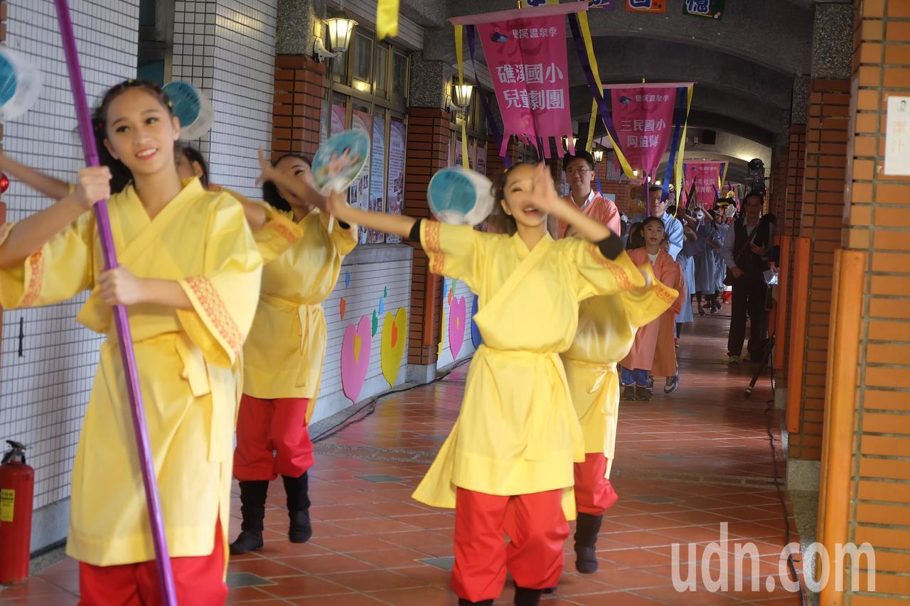 知名服裝設計師黃秀瑾老師設計的宜蘭浴衫,為所有參與踩街隊伍添新裝,展現礁溪溫泉的...