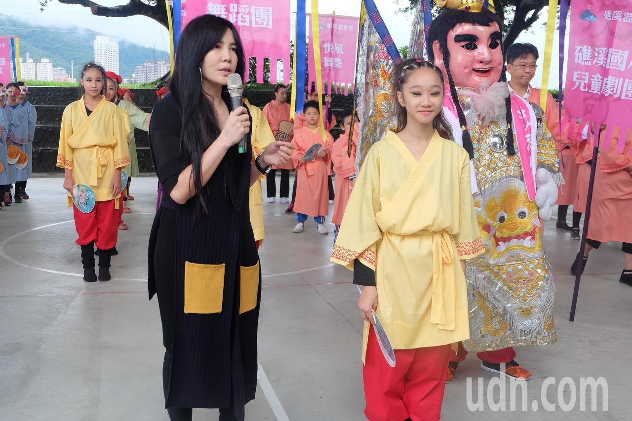 知名服裝設計師黃秀瑾老師(左)設計的宜蘭浴衫,為所有參與踩街隊伍添新裝,展現礁溪...