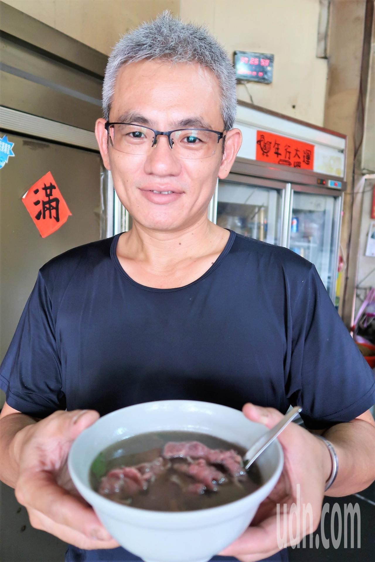6年級的黃俊傑回鄉20年,學得一手烹煮牛肉的好本領。記者翁禎霞/攝影
