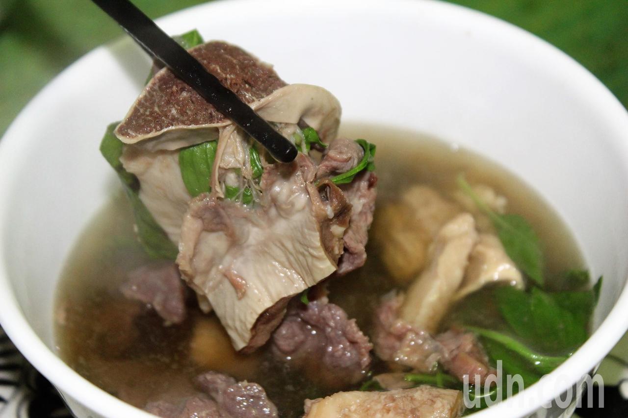 牛雜湯是店裡的招牌,許多老饕上班前最愛來一碗。記者翁禎霞/攝影