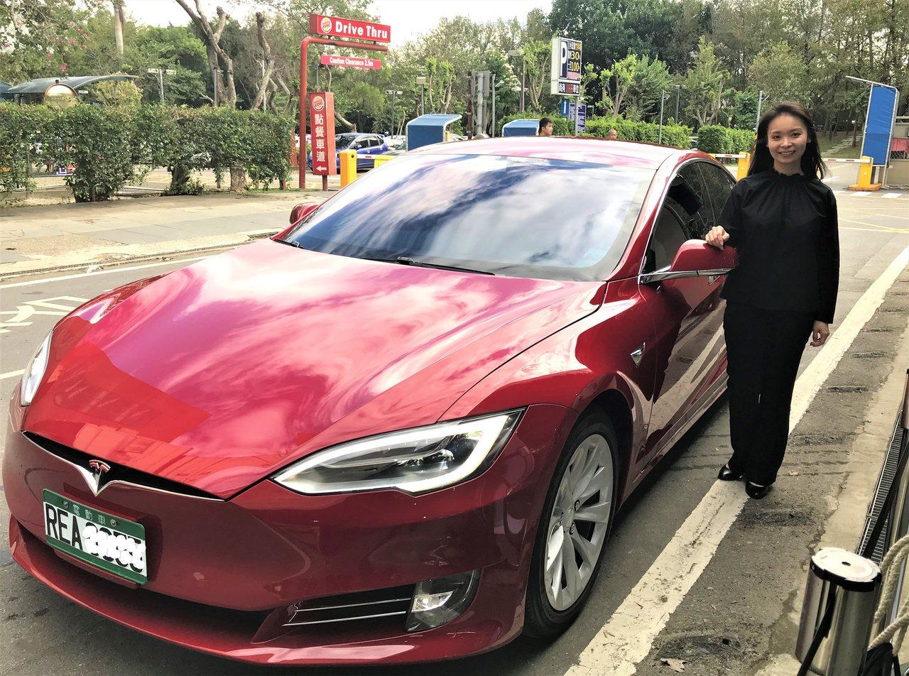 和大副總經理沈千慈,特地開來紅色的Tesla愛車,出席竹科的第五座超級充電站啟用...