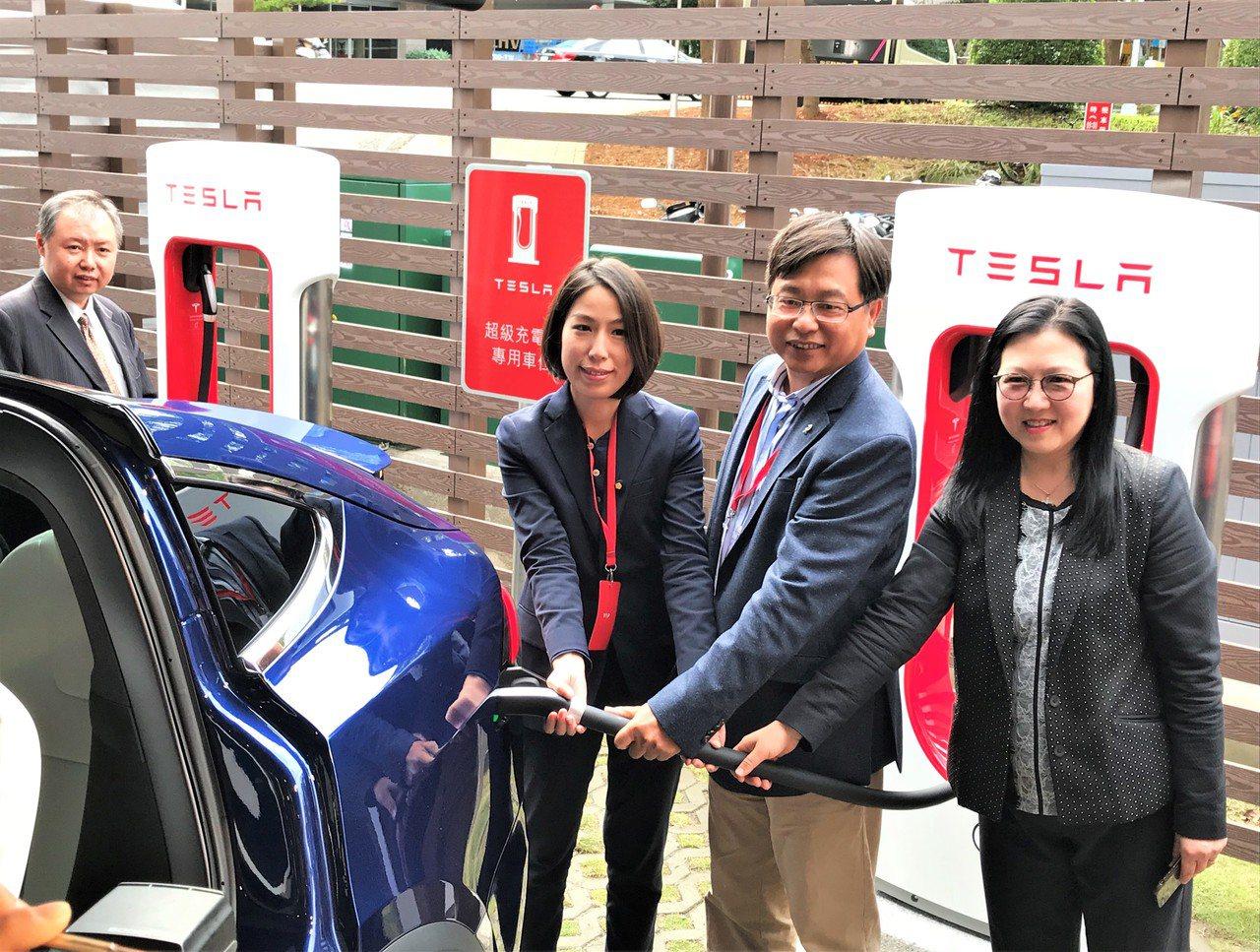 Tesla今(21)日於新竹科學園區啟用第五座超級充電站,由Tesla香港澳門及...