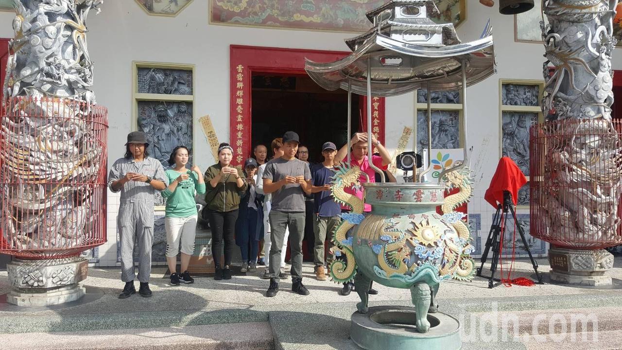 拍攝劇組選擇良辰吉日開工拍片,眾人在慈雲寺祈求作業順利。記者徐白櫻/翻攝
