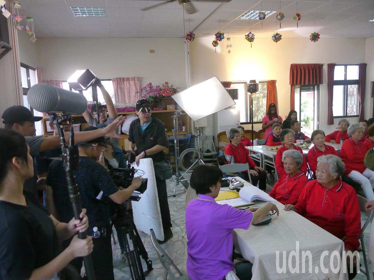 旗山「可愛學堂」拍攝微電影,社區阿公、阿嬤自然入境。記者徐白櫻/攝影