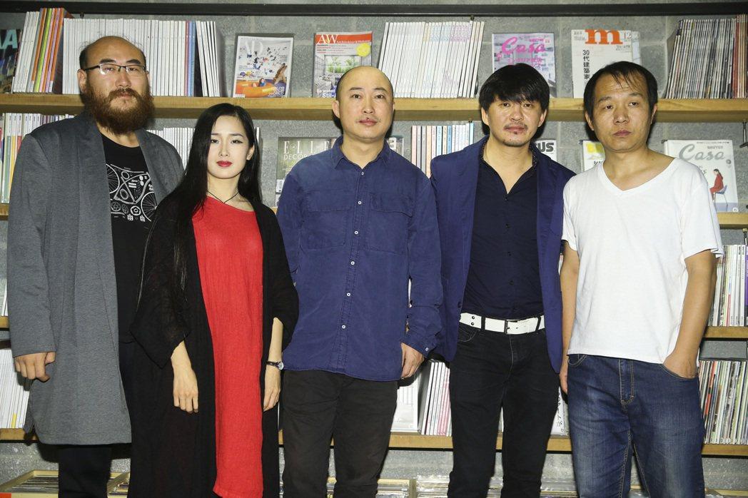 金馬最佳影片入圍「輕鬆+愉快」,導演耿軍(右三)、演員徐剛(右二)與劇組人員合影...