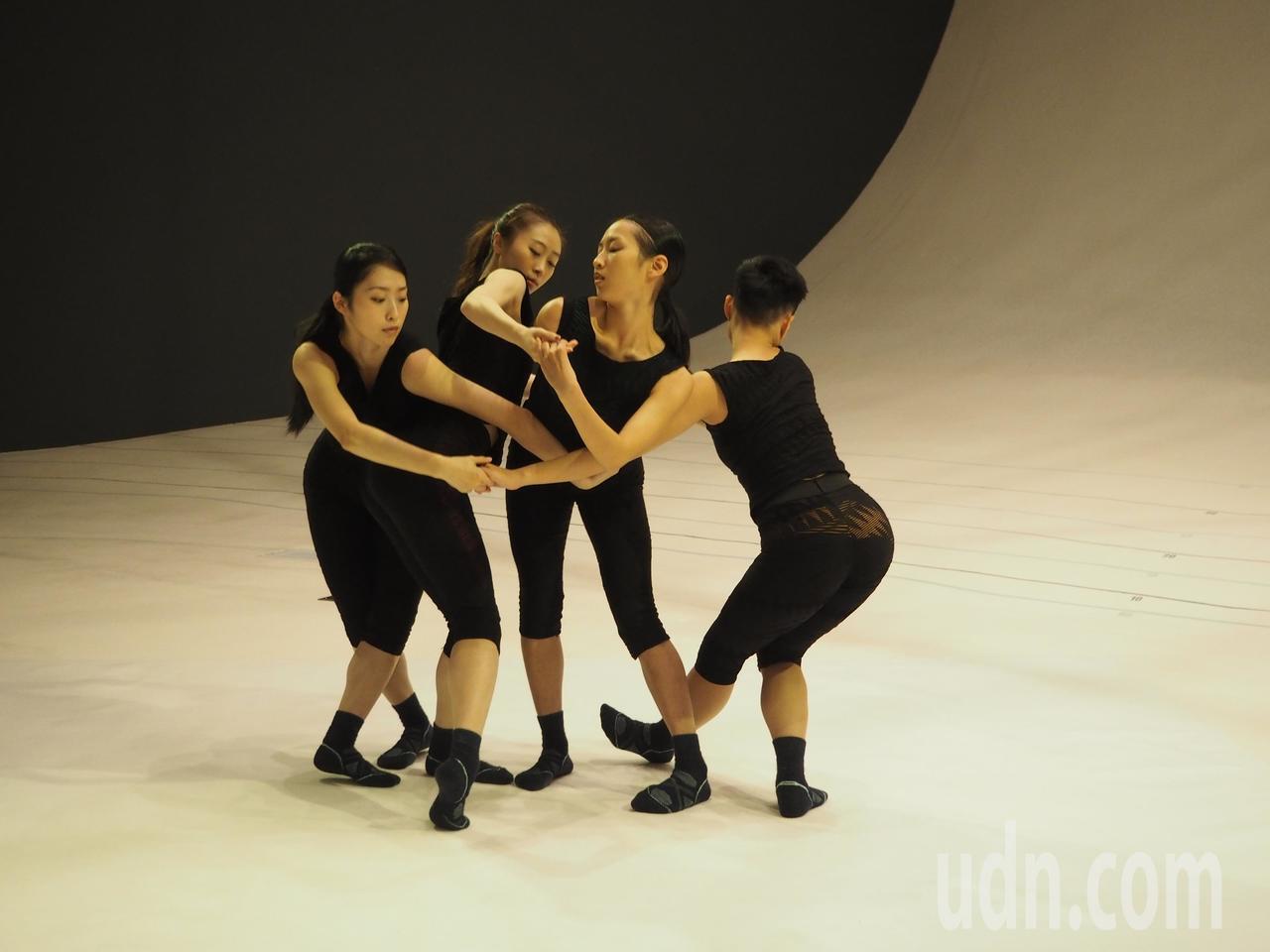 「驫舞劇場」的《自由步:沈浸式曲線》選擇在歌劇院凸凸廳演出,這是凸凸廳第一次變成...