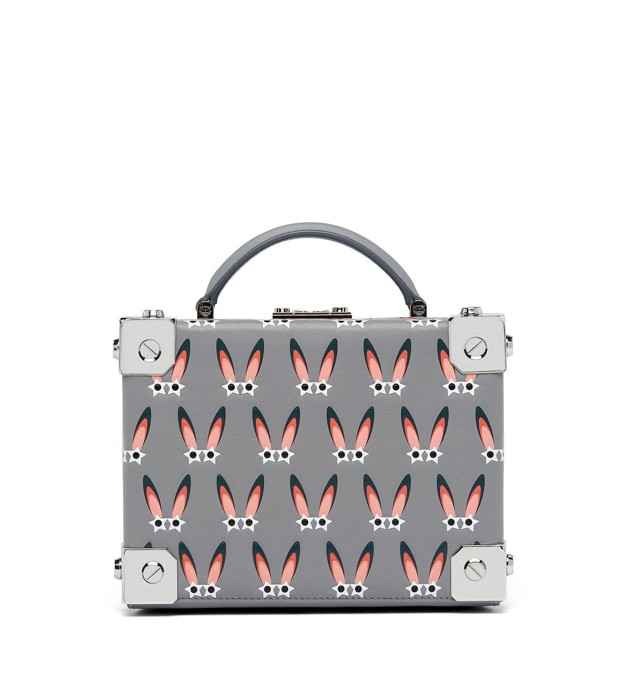 Berlin粉灰色星型眼睛兔側背箱包,售價41,500元。圖/MCM提供