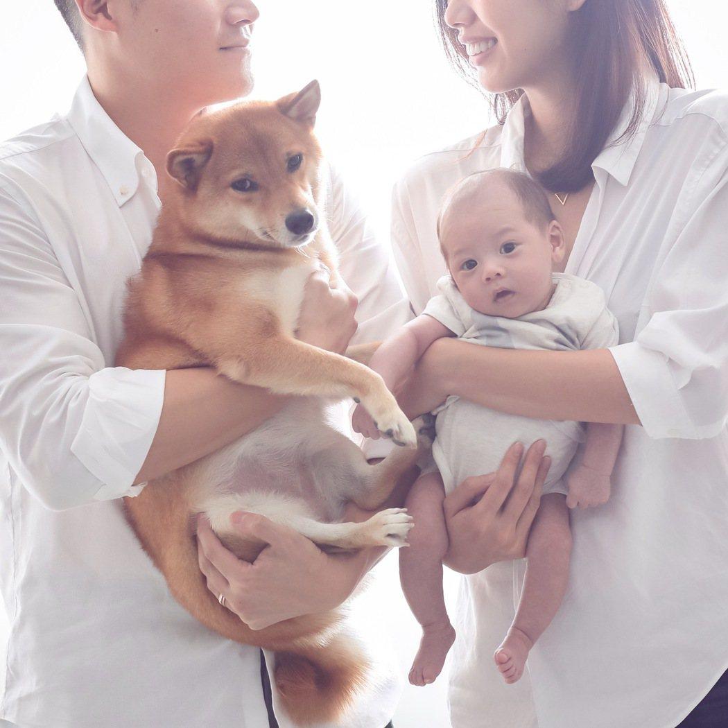 林可彤和老公Tom抱著兒子、愛犬「一家四口」幸福洋溢。圖/會星堂提供