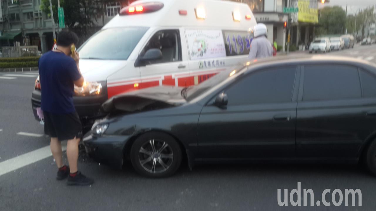 高雄市中華二路、十全二路口,今天傍晚發生轎車撞救護車意外。記者黃宣翰/攝影