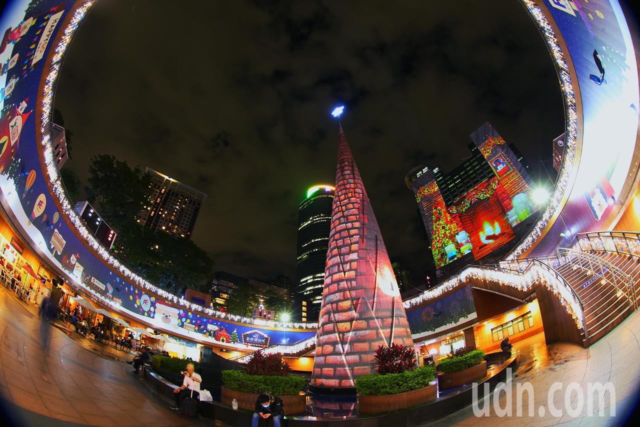 新北歡樂耶誕城晚上燦爛試燈,光彩奪目。記者陳正興/攝影