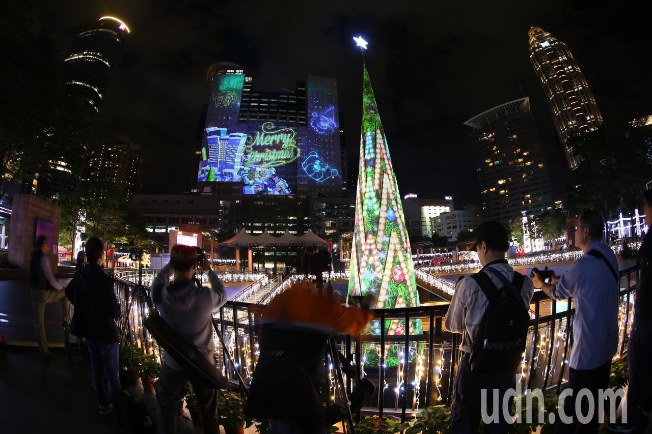 新北歡樂耶誕城燦爛試燈,吸引不少民眾拍照留念。記者陳正興/攝影