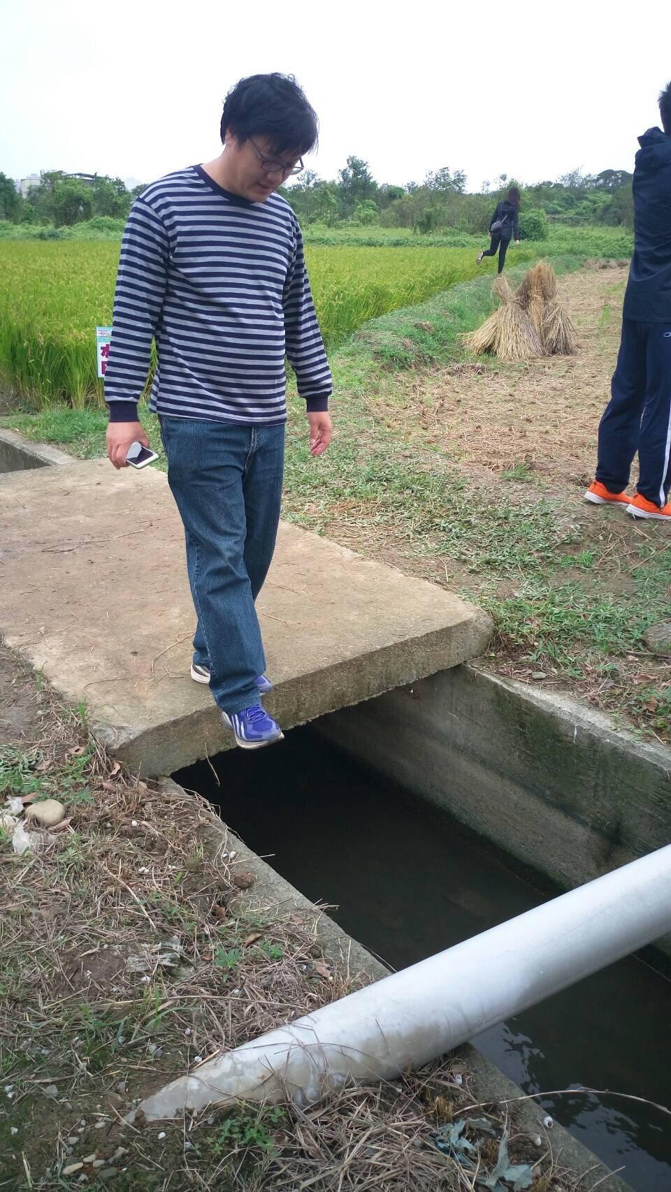 市議員黃敬平認為農業局舉辦的花彩節會場布置不佳,周邊水溝蓋沒有完整覆蓋,容易讓民...