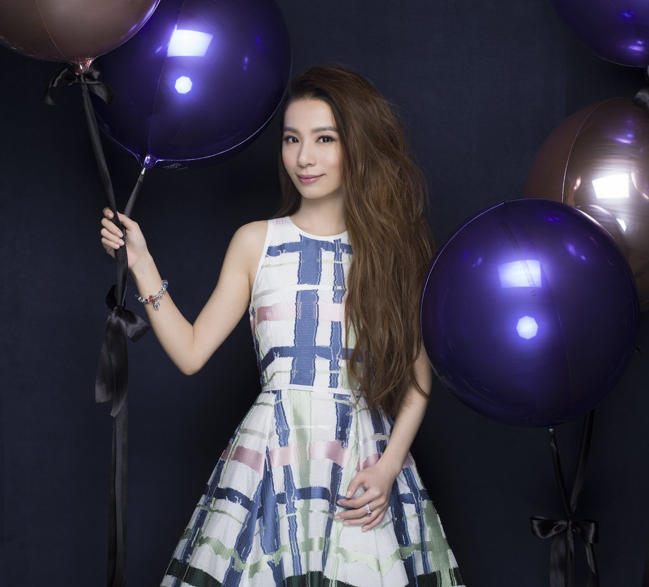 PANDORA品牌大使田馥甄示範耶誕系列飾品。圖/PANDORA提供