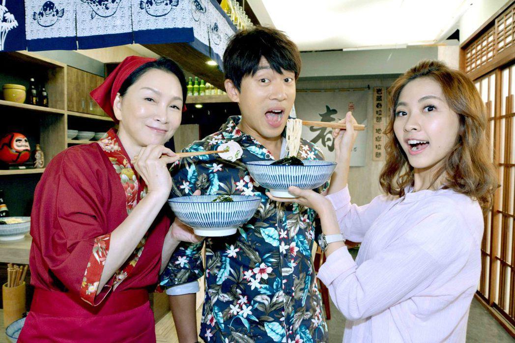 張瓊姿(左起)、李政穎、林玟誼演出「春風愛河邊」,大玩互餵麵。圖/華視提供