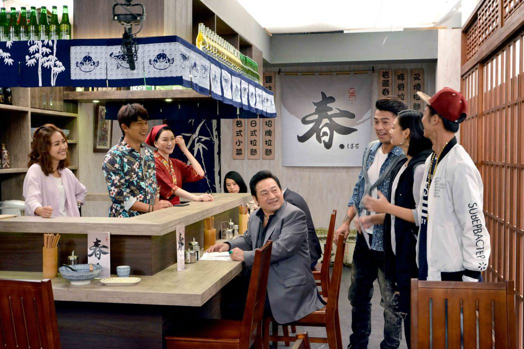 「春風愛河邊」劇組搭拉麵店。圖/華視提供