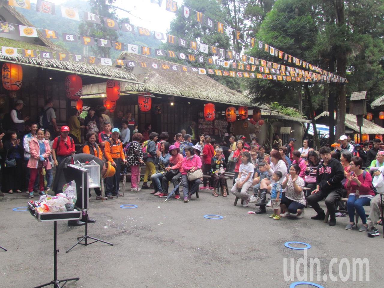 全國旅館盃餐旅服務競賽今天在溪頭妖怪村舉行,會場吸引大批遊客。記者張家樂/攝影