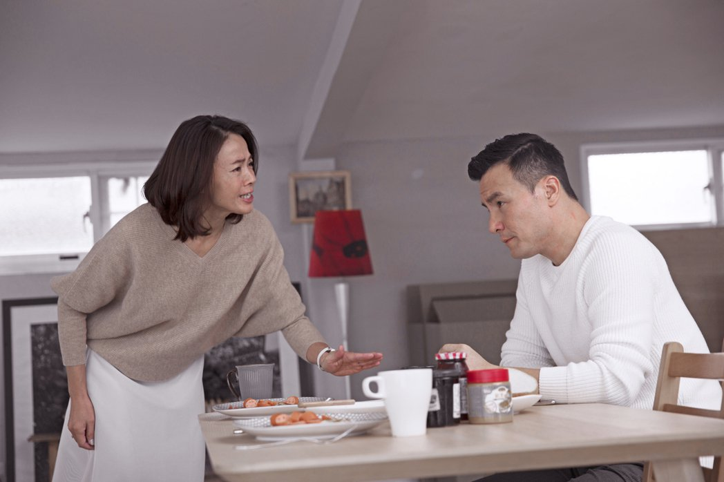 柯淑勤(左)與李洺中在「第一次」中飾演一對感情破裂的夫妻。圖/KKTV提供