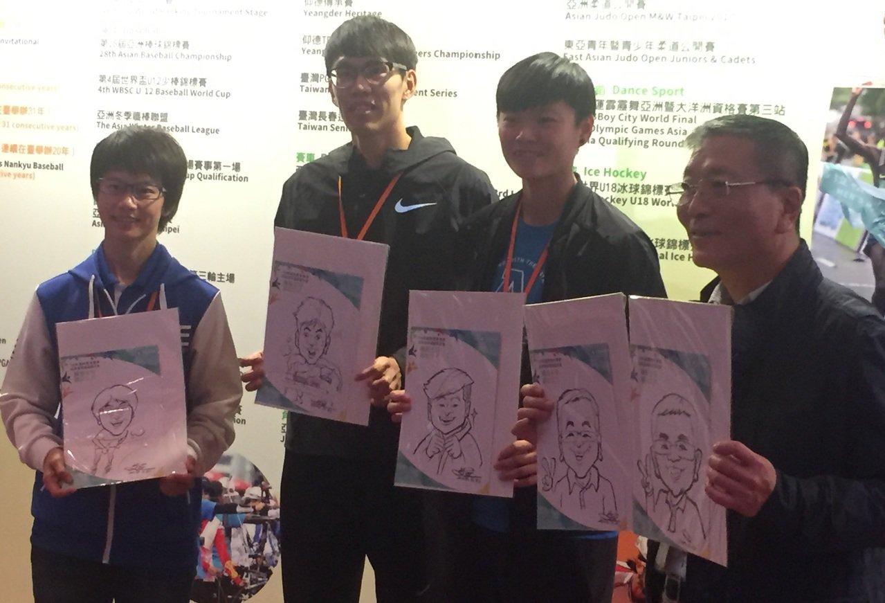 漫畫家為國手及體育署長繪製Q版人像,贈送給觀眾。(左起:楊合貞、陳奎儒、莊佳佳和...