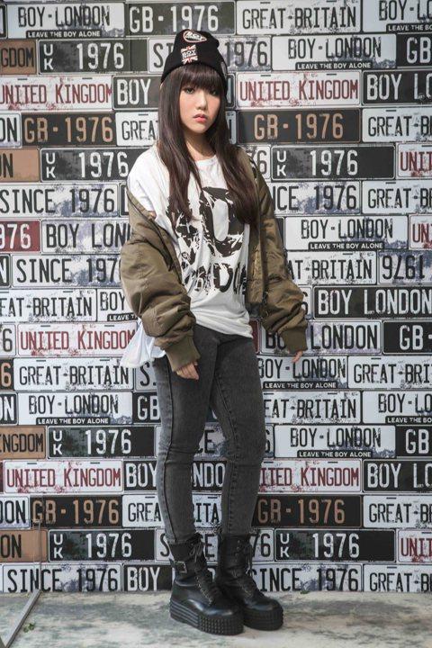 安那21日現身服裝品牌開幕派對,她穿著T-shirt配上飛行外套,街頭味十足,她笑說雖然過幾天就要期中考,但為了參加活動,和家人討論後特地向學校請假來。該品牌也是國際天后瑪丹娜、美國流行歌手蕾哈娜、...