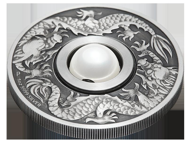 主題面以雙龍環繞於明珠兩旁,中間搭配旋轉的圓珠設計。台銀提供