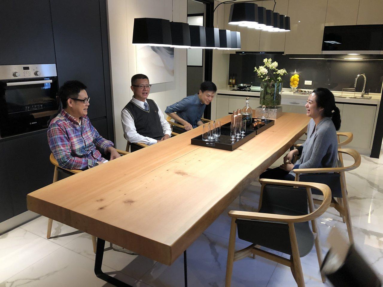 惠宇提出「長桌文化」生活提案,不是只在家中擺出一張大長桌而已,而是將空間的整體性...