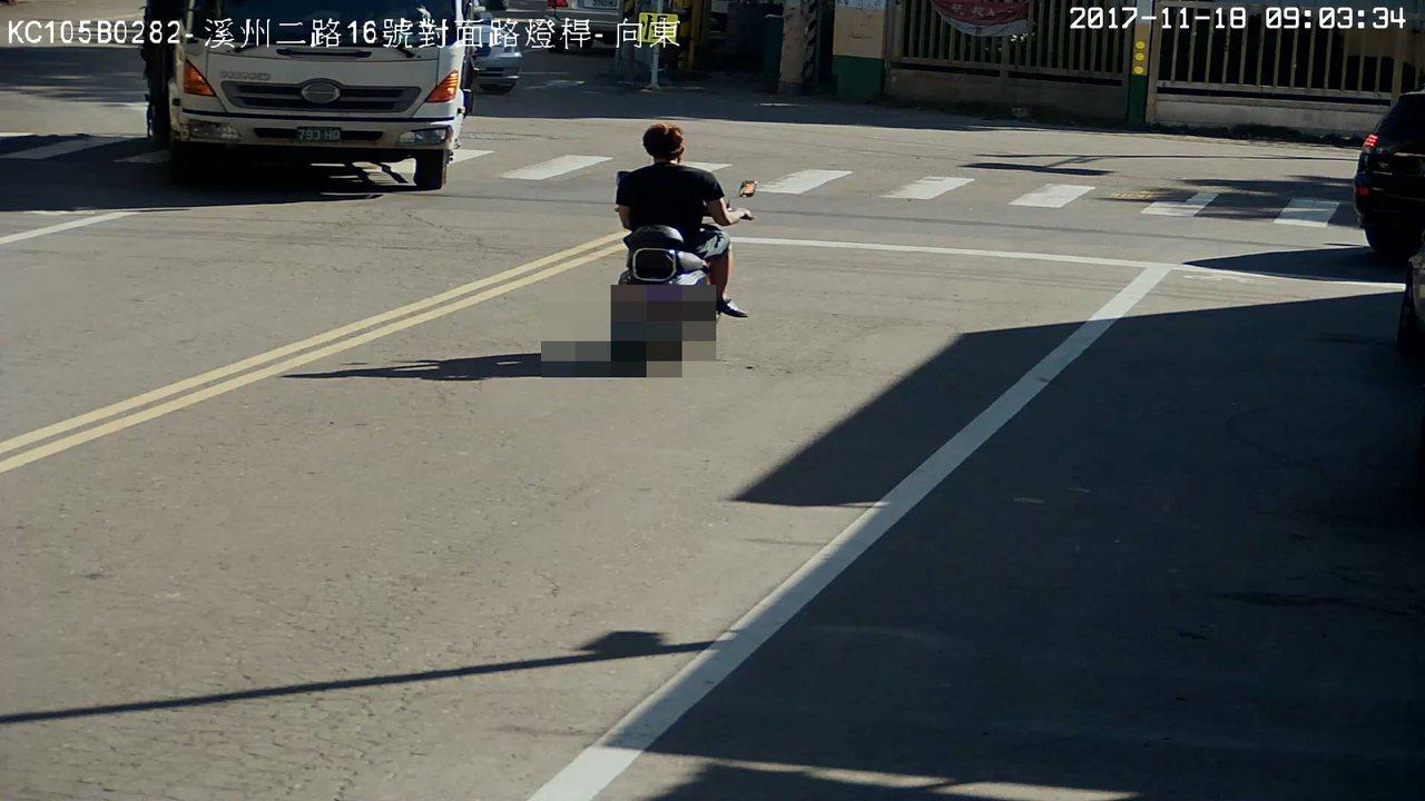 警方調閱監視器畫面以車追人,查獲涉搶奪罪的李男。記者林伯驊/翻攝