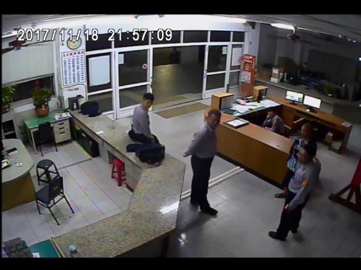 被害者盧姓老翁(右二)事後到派出所向警方致謝。記者林伯驊/翻攝