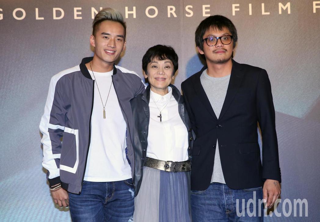 馬來西亞電影《分貝人生》演員張艾嘉(中)、陳澤耀(左)與導演陳勝吉(右)一起出席...