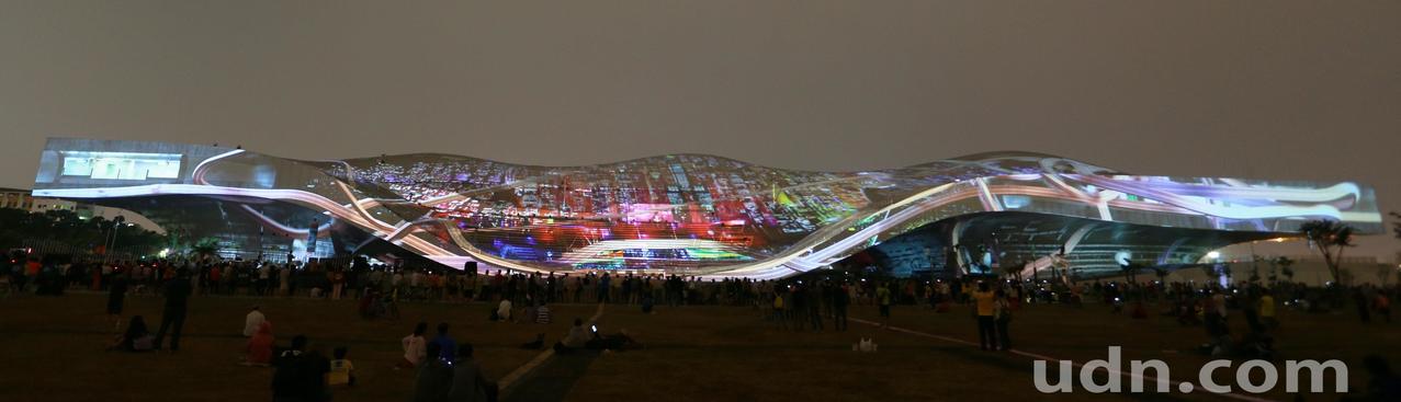 高雄衛武營國家藝術文化中心一連5天推出「影音光雕的狂想」光雕秀,炫麗多變的光影變...