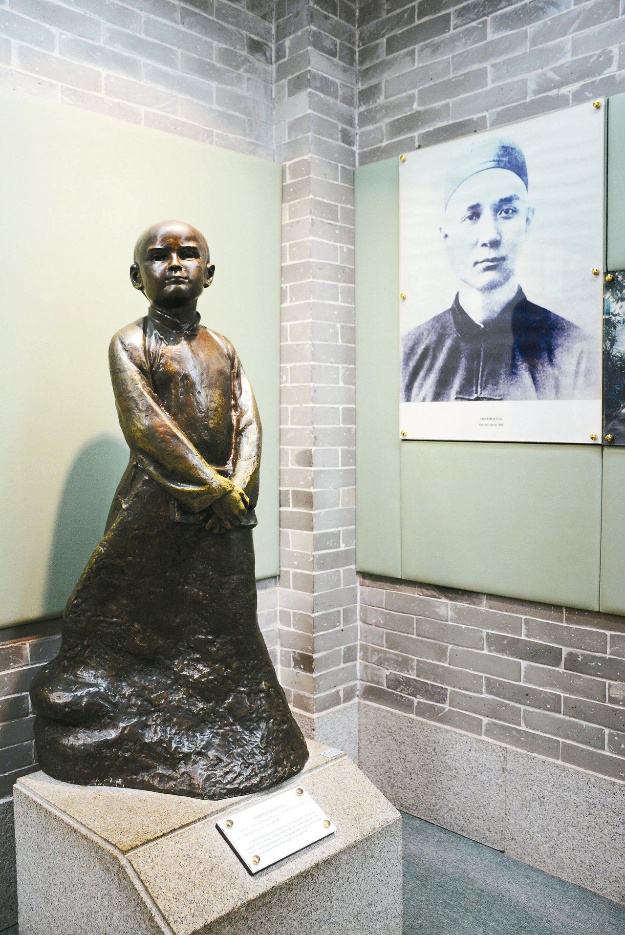 館方所陳列孫中山幼時雕像,與青年時照片。