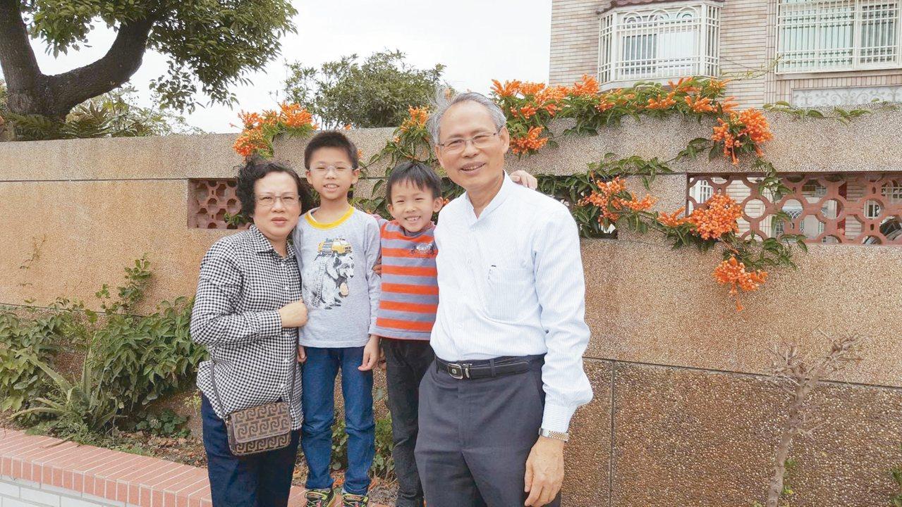 履彊夫婦與來親園作客的孫子。 ◎履彊 圖片提供
