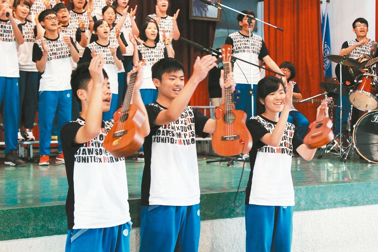 桃園市復旦中學生,為在班級英語歌唱比賽拿到好成績,設計活潑演出內容及樂器伴奏。 ...