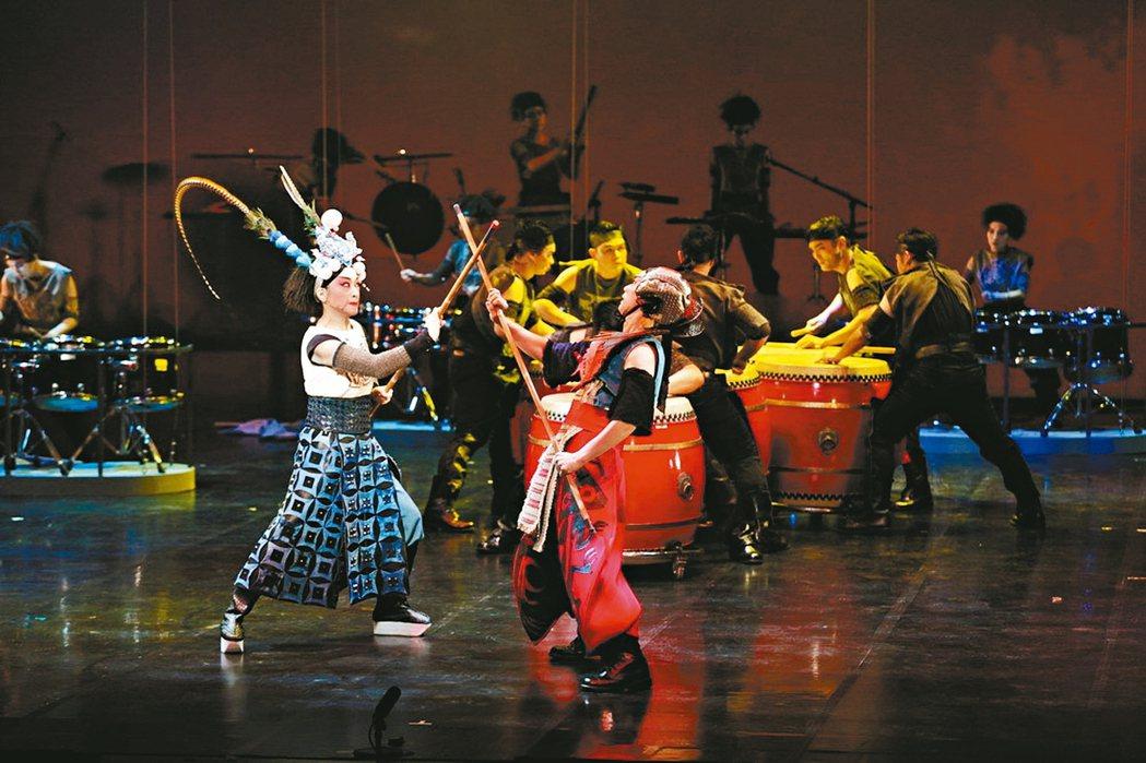 擊樂劇場「木蘭」,跨界融合樂器、身段、唱腔、肢體與打擊樂。 圖/朱宗慶打擊樂團