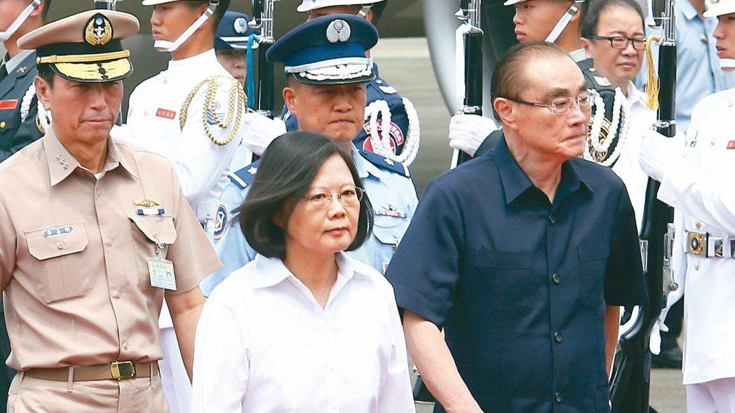 蔡英文總統(左)11月21日下午約見國防部長馮世寬(右),做出盡速公布懲處名單、...