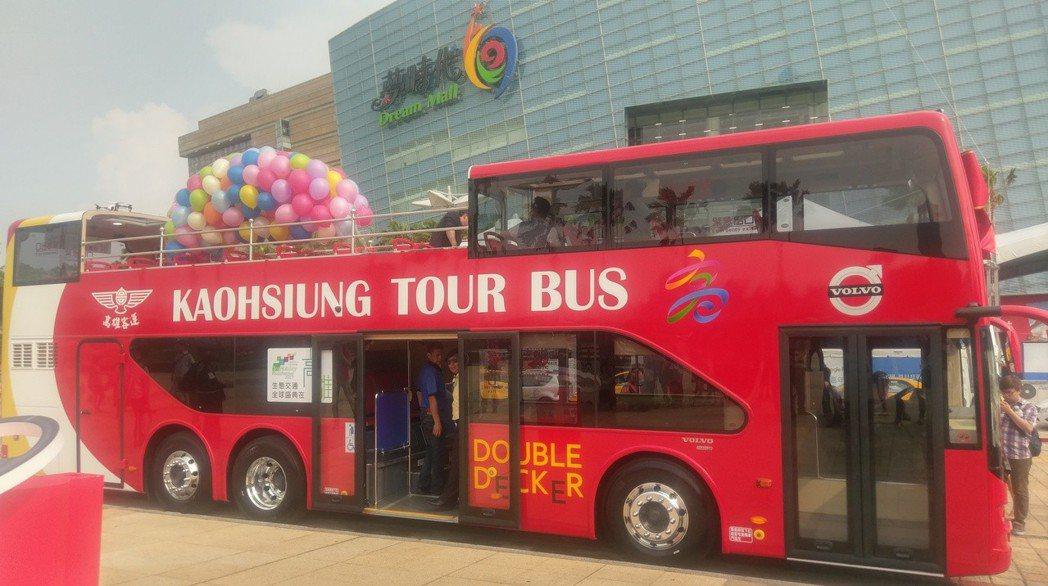 高雄市雙層巴士營運將滿周年,推出12月壽星可免費搭乘等周年慶優惠。 本報資料照片