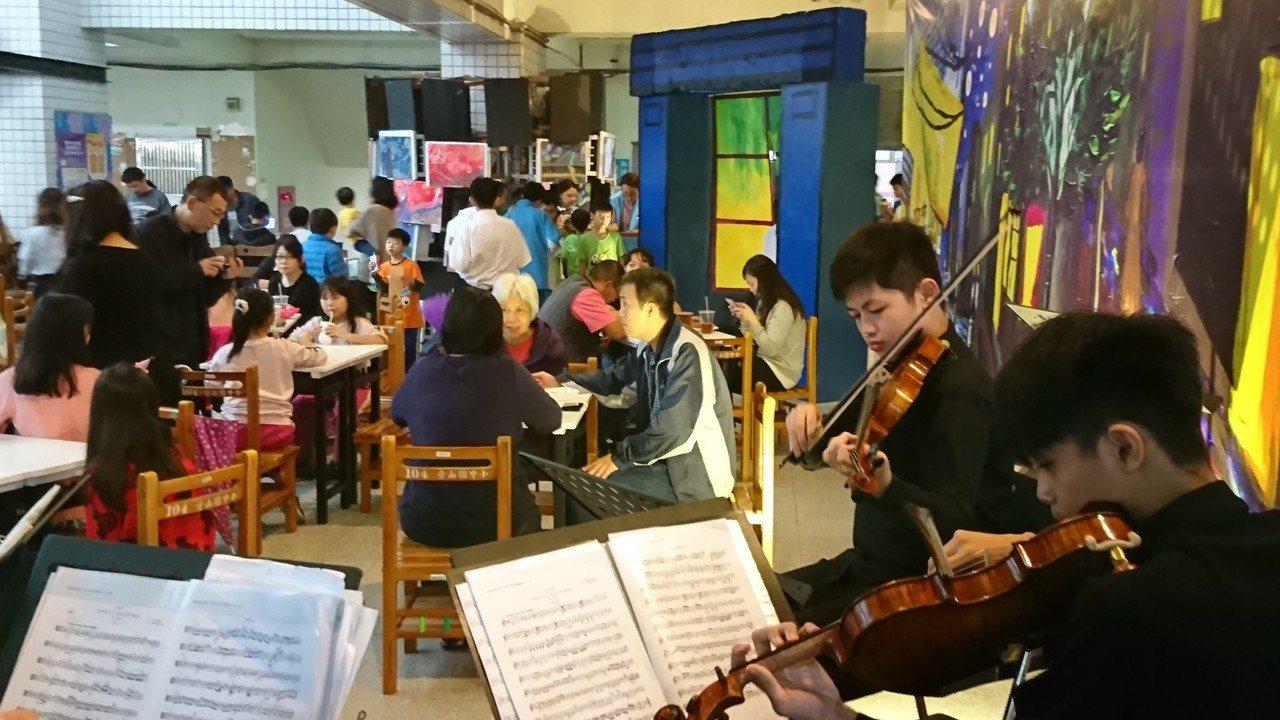 青山國中小結合家政課程打造出星空咖啡館,現場還有弦樂團在旁演奏。 圖/青山國中小...