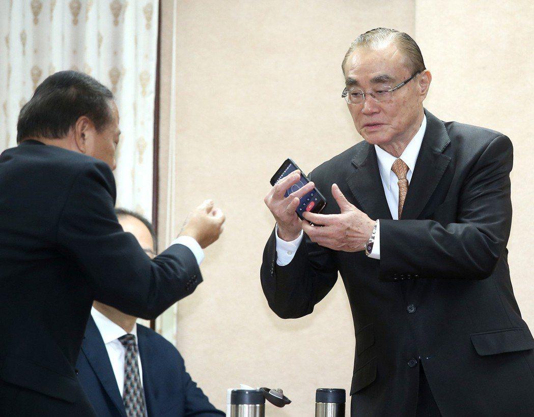 立法院外交國防委員會今天邀請國防部長馮世寬(右)報告獵雷艦案,不過馮世寬因為進入...