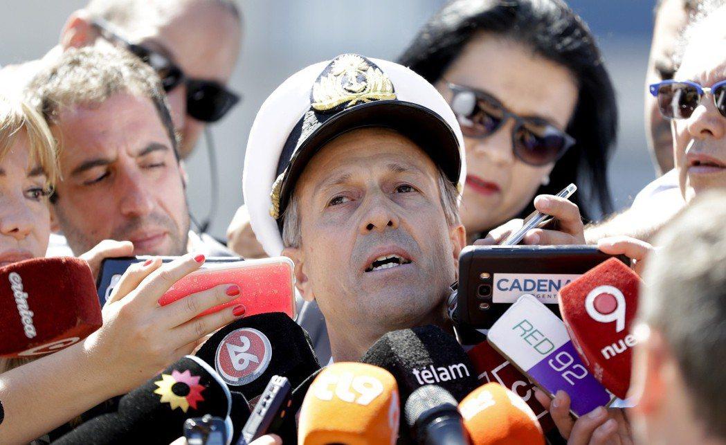 阿根廷海軍發言人巴爾比21日說明搜尋失聯潛艦進度。 (美聯社)