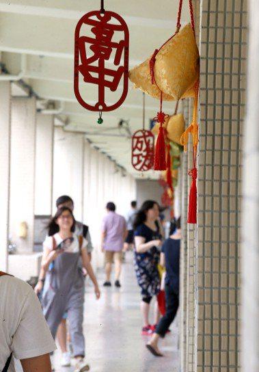 指考成功高中考場的教室外高掛粽子吊飾,希望考生「高中」。聯合報系資料照/記者高彬...