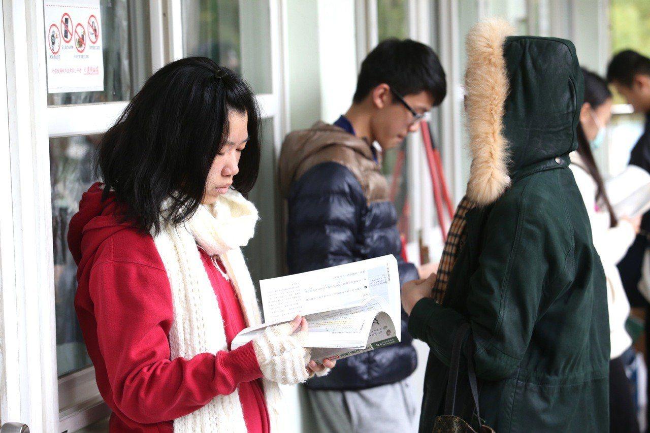 大學學測考生們戴著口罩與圍巾,利用考前最後時間加緊複習。本報資料照/記者余承翰攝...