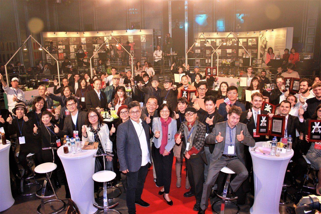 2017臺灣國際平面設計獎,現場受邀國內外代表及主辦單位合影。