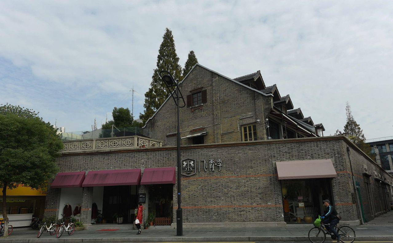 一幢位於杭州西湖邊的「別墅」十年前被以360萬元人民幣買進,現在1億元掛牌銷售。...
