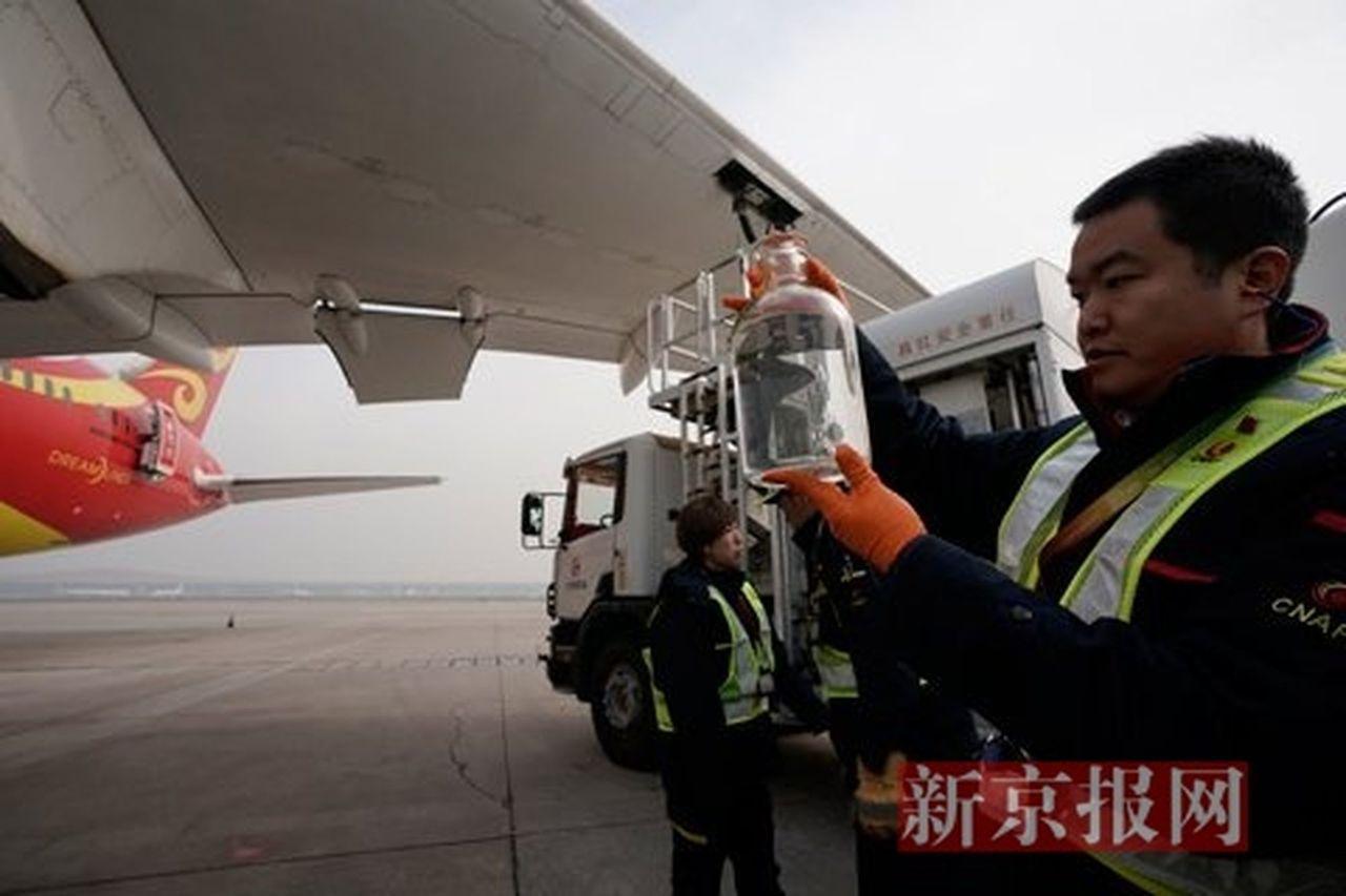 中國海南航空HU497航班昨天載著從餐飲廢油煉化而成的生物航空煤油,從北京首都國...