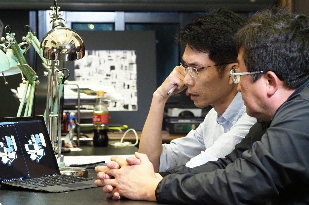 點點善團隊與巨輪協會陳安宗理事長,就電動車改造計畫進行討論。 攝影/許伯崧