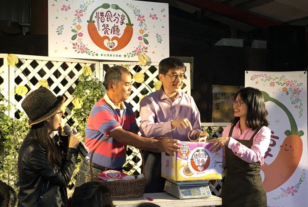 農業局長李玟(中間)表示惜食運動要能夠延續下去,靠的是每一位國人都能夠發揮惜食精...